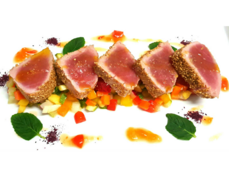 tataki-di-tonno-con-catalana-di-frutta-e-verdure-fresche-e-salsa-agrodolce